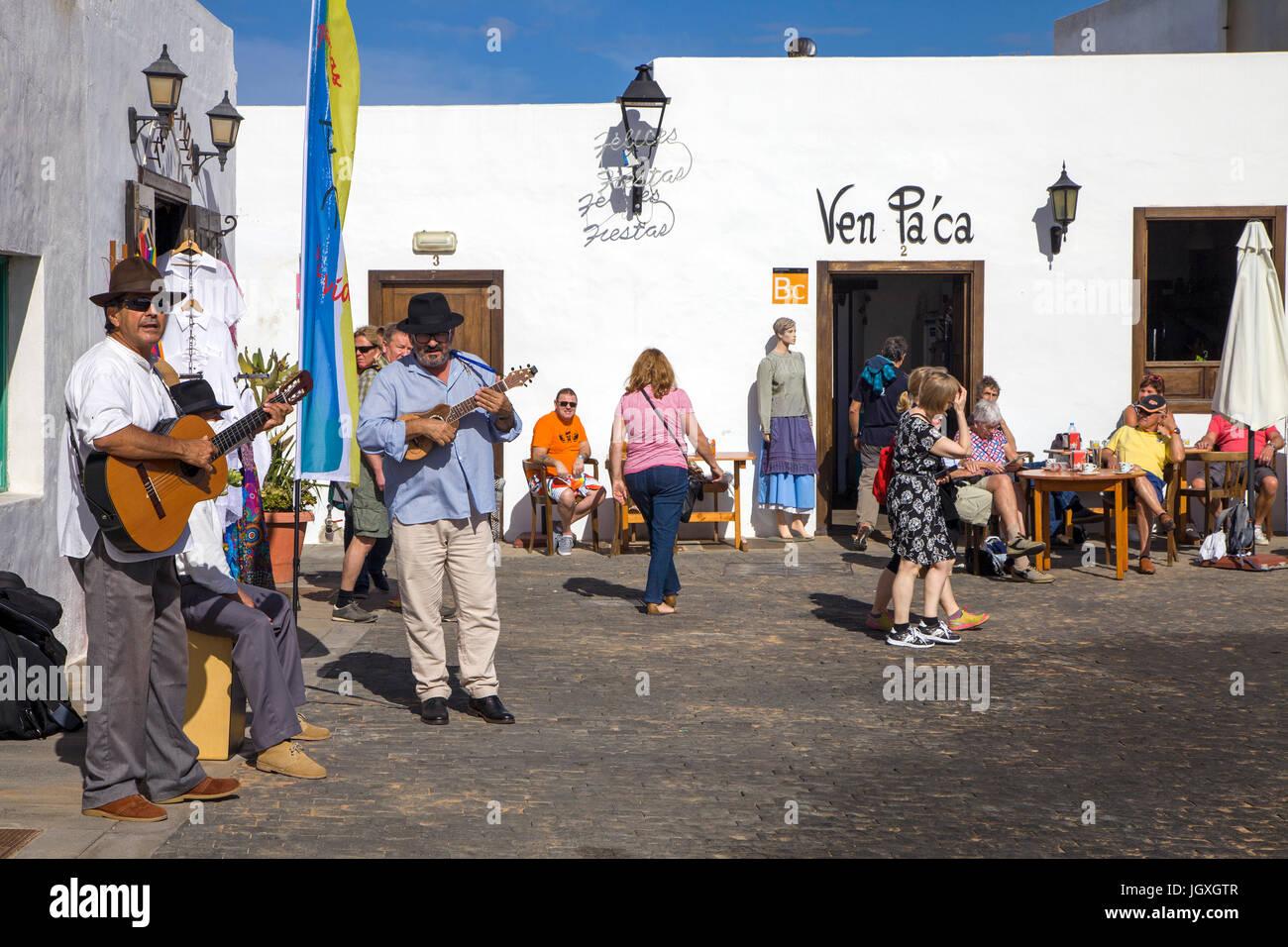 Strassenmusiker mit dem Woechentlichen Sonntagsmarkt in Teguise, Lanzarote, Kanarische Inseln, Europa | street Musiker Stockbild
