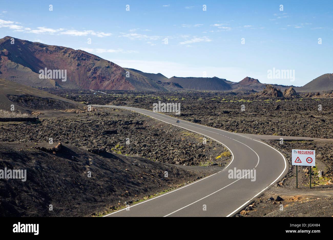 Straße durch den Nationalpark Timanfaya auf Lanzarote, Kanarische Inseln, Europa | Straße bei Timanfaya Stockbild