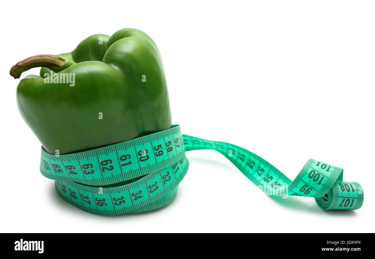 Pflanzenkost. Grüne Paprika (Bulgarisch) festziehen, Maßband, isoliert auf weiss. Stockbild