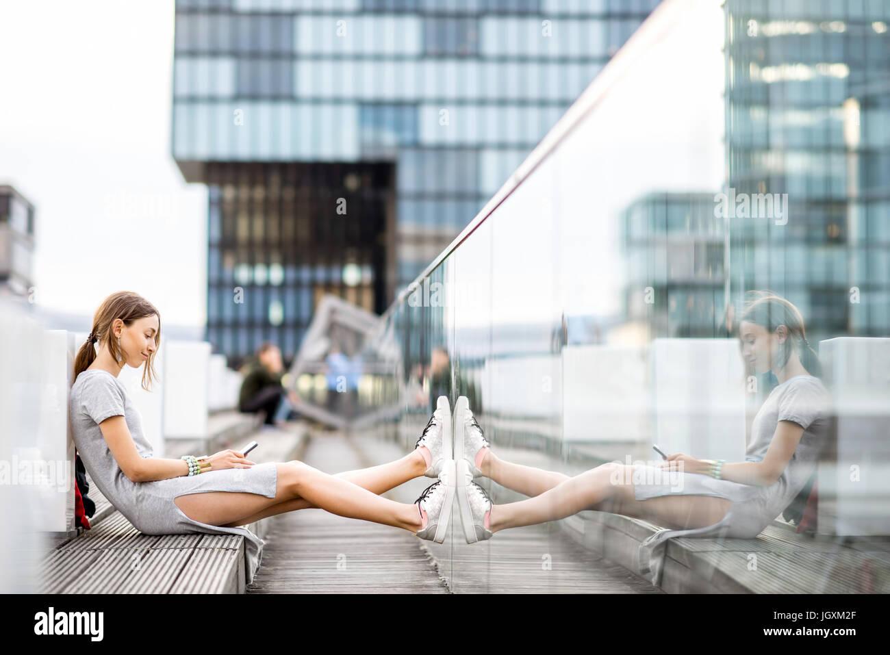 Lifestyle Portrait eine Geschäftsfrau im freien Stockbild