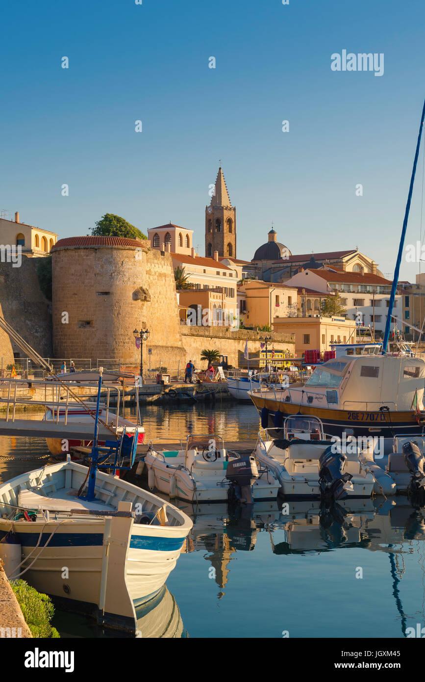 Alghero Sardinien, Blick auf die Skyline von Alghero mit dem Hafen und der Hafen im Vordergrund, Sardinien, Italien. Stockbild