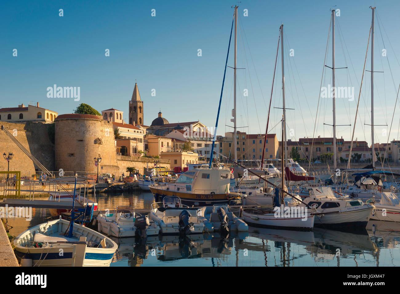 Sardinien-Port Hafen, Blick auf die Skyline von Alghero mit dem Hafen und der Hafen im Vordergrund, Sardinien, Italien. Stockbild
