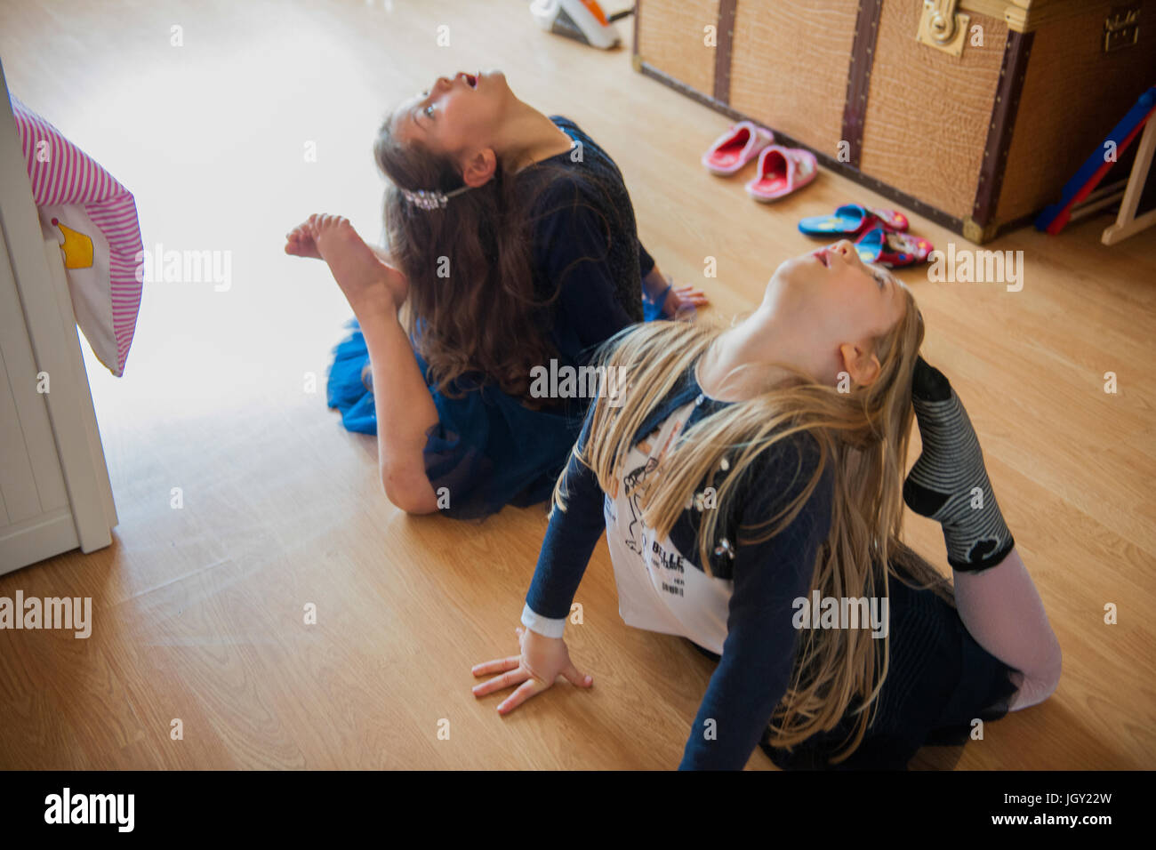 Mädchen, die Dehnung mit Zehen berühren Köpfe Stockfoto