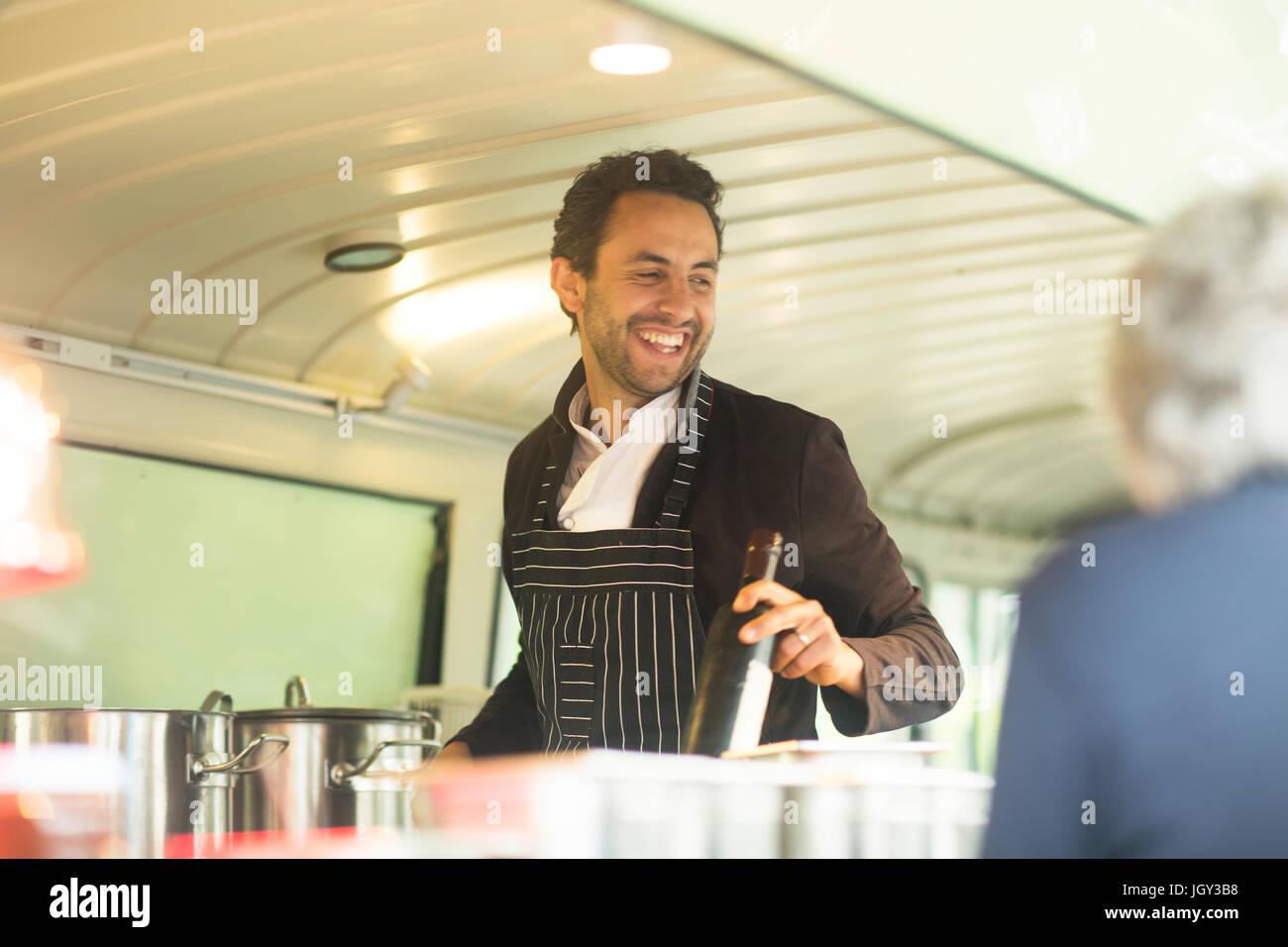 Kleine Unternehmen Eigentümer servieren Kunden in van Essen Stall hatch Stockbild