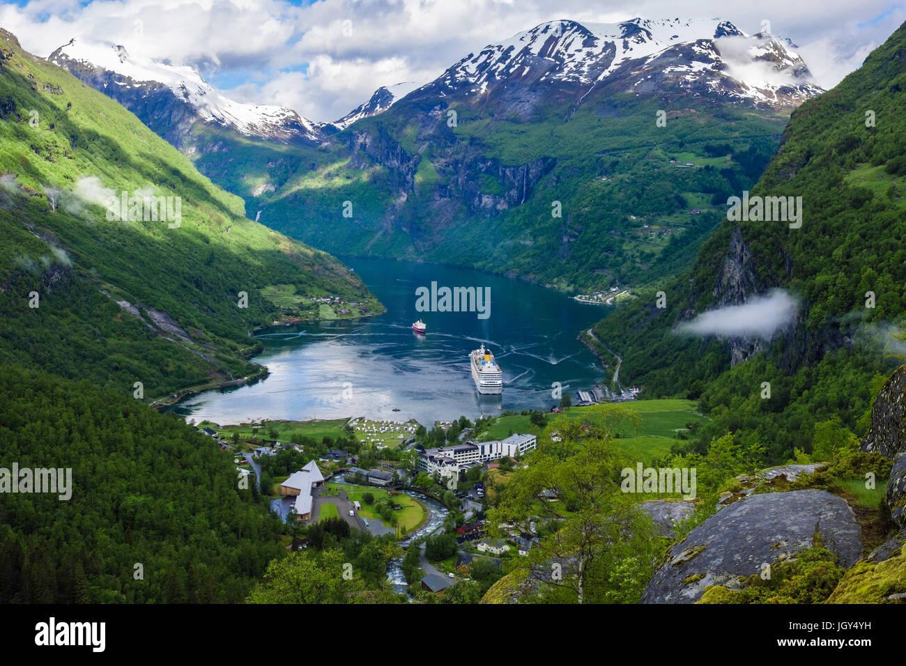 Hohen Blick auf Geirangerfjord, umgeben von schneebedeckten Bergen im Sommer. Geiranger, Sunnmøre, Møre Stockbild