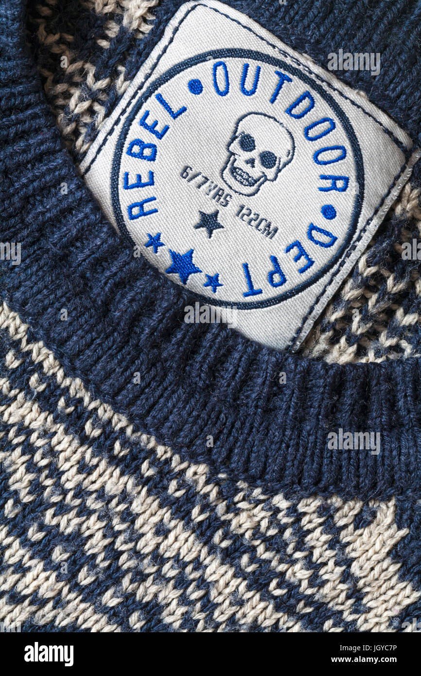 Label - Rebel Outdoor Dept Label in jungen Jumper 6/7 Jahre Stockbild
