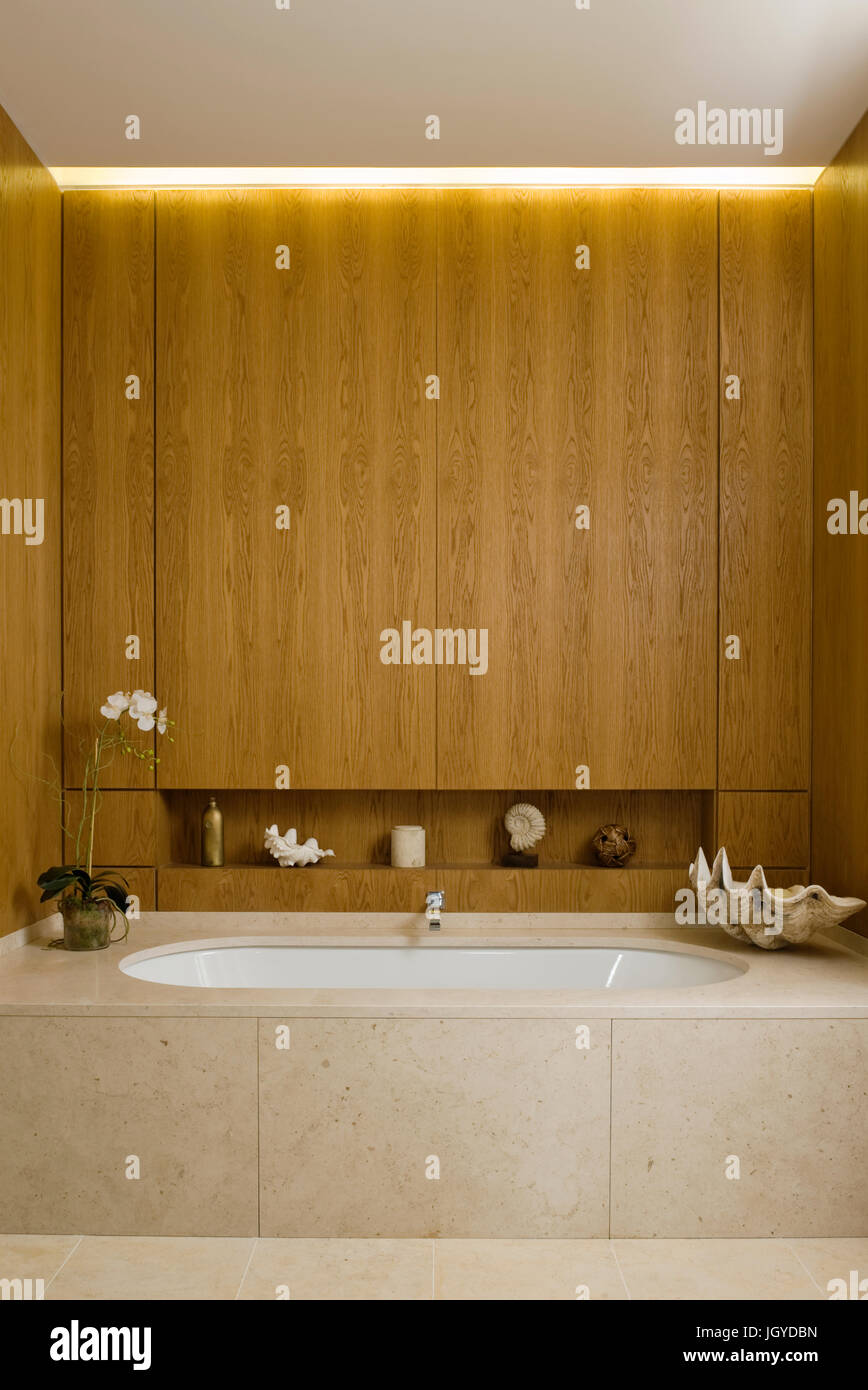 Bathrooms stockfotos bathrooms bilder alamy - Badewanne mit holzverkleidung ...