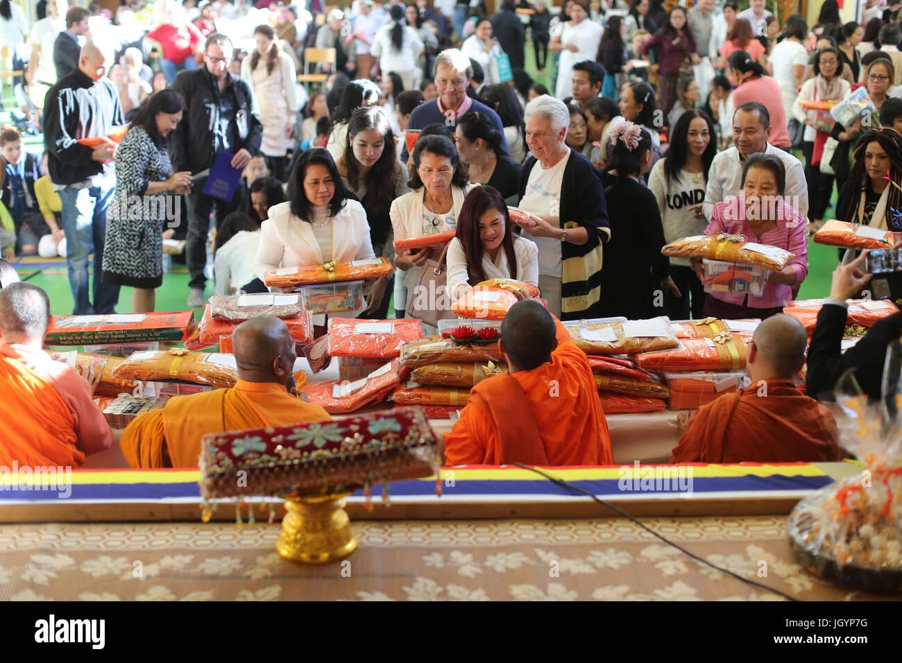 Kathina Zeremonie: Gewand bietet und andere Notwendigkeiten der monastischen Sangha. Genf. Schweiz. Stockbild