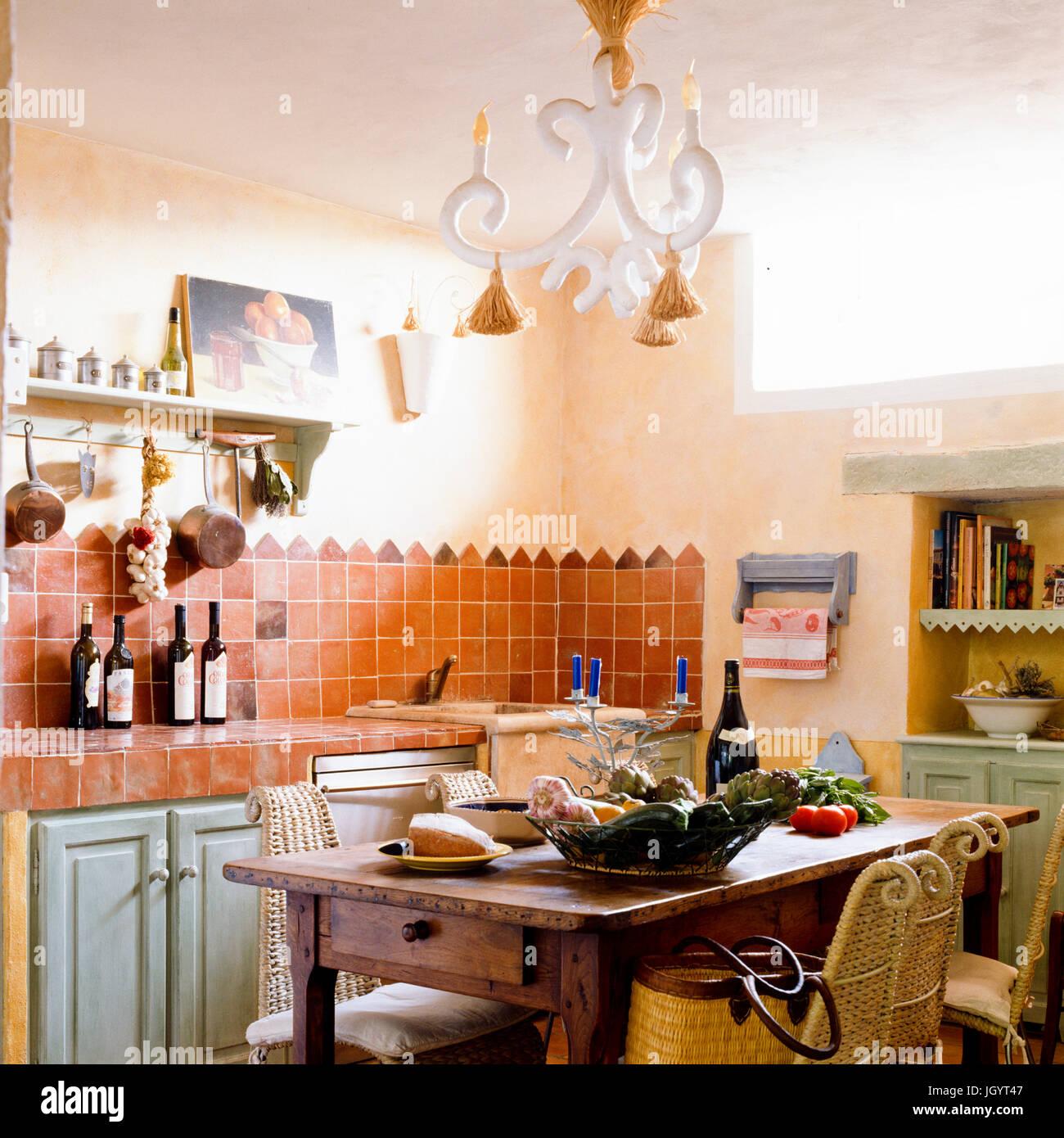 Mediterrane Küche und Esszimmer Stockfoto, Bild: 148129079 - Alamy