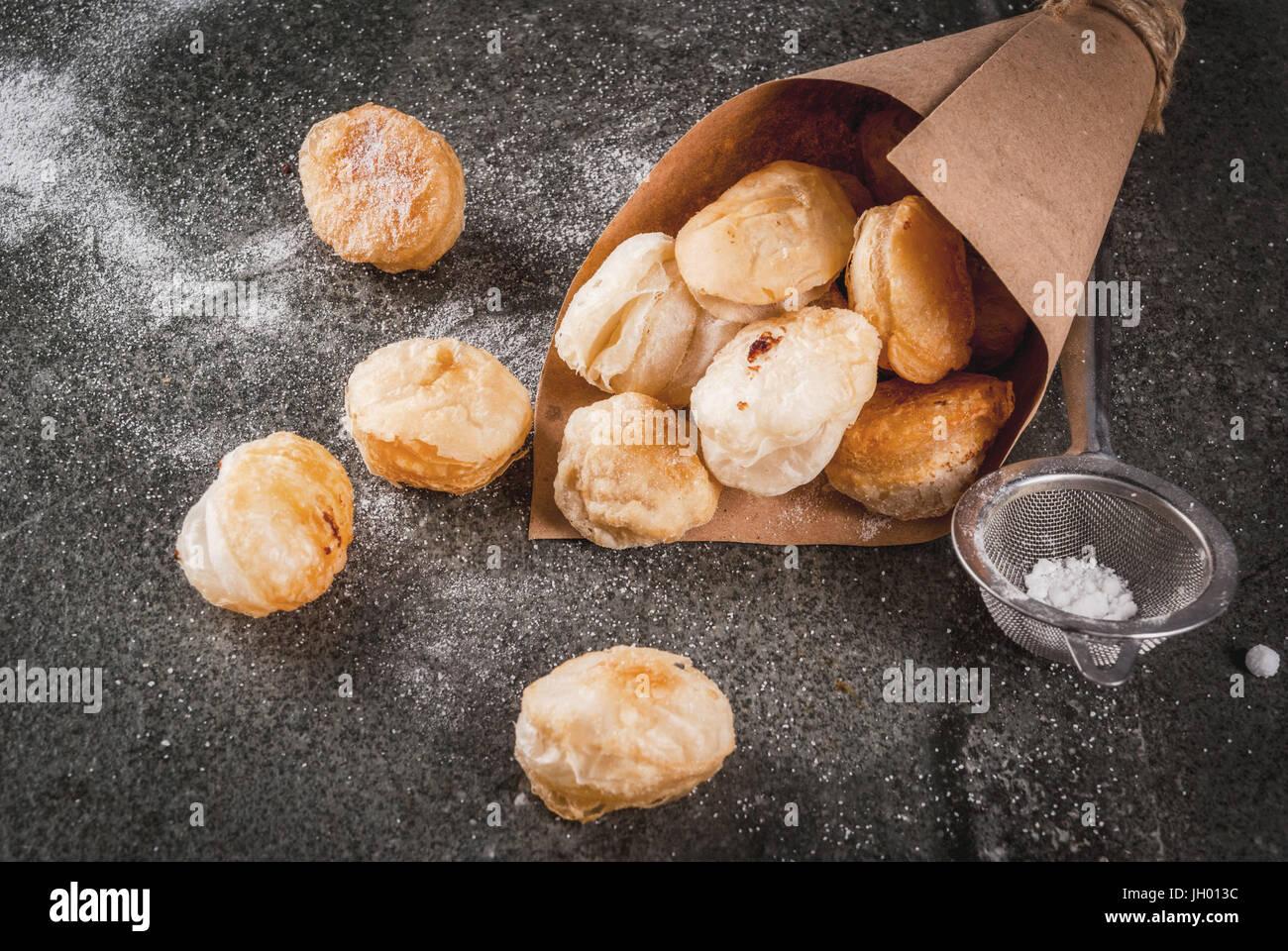 Hausgemachte backen, Blätterteiggebäck. Trendige Lebensmittel. Cronuts Popcorn, Blätterteig Krapfen Stockbild