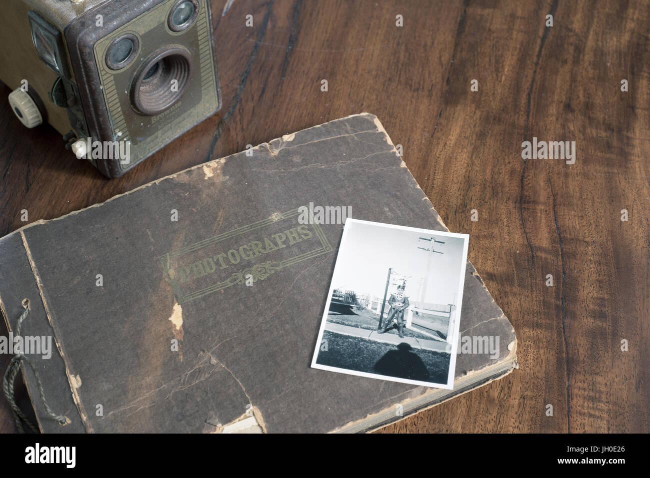 Alte Kodak Brownie Kamera mit alten schwarz-weiß Familienfotos. Geschichte und Herkunft Familienbilder. Stockbild