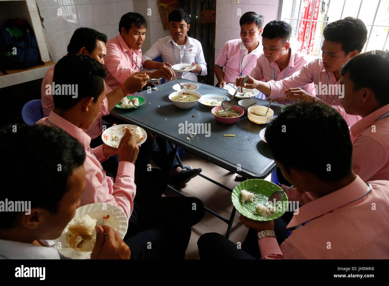 Chamroeun Microfinance Battambang Niederlassung. Mitarbeiter-Mittagessen. Kambodscha. Stockbild