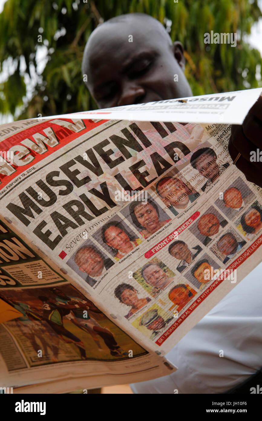 Ugandische Lesung Wahlergebnisse in einer Zeitung. Stockbild