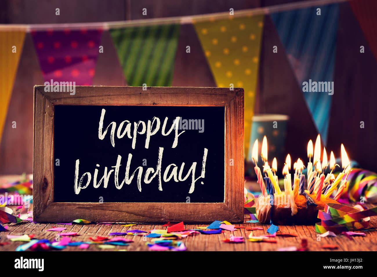 eine aus Holz gerahmt Tafel mit dem Text Geburtstag geschrieben ...