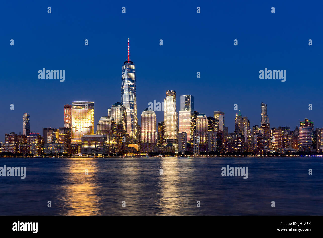 New York City-Financial District Wolkenkratzer und Hudson River in der Abenddämmerung. Blick auf Lower Manhattan Stockbild