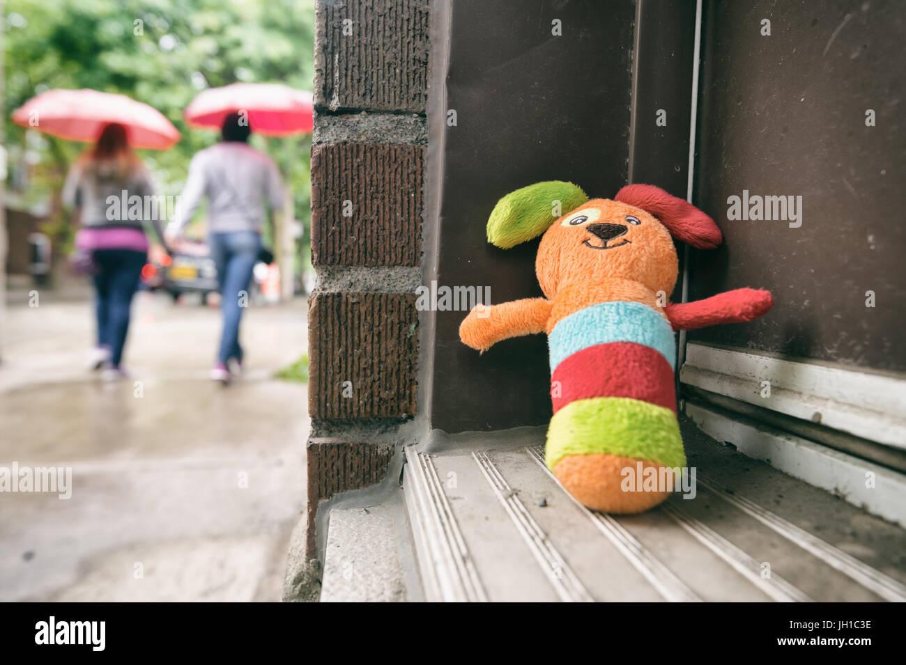 Montreal, 1. Juli 2017: Verlorene Spielzeug auf Marie Anne street Stockfoto