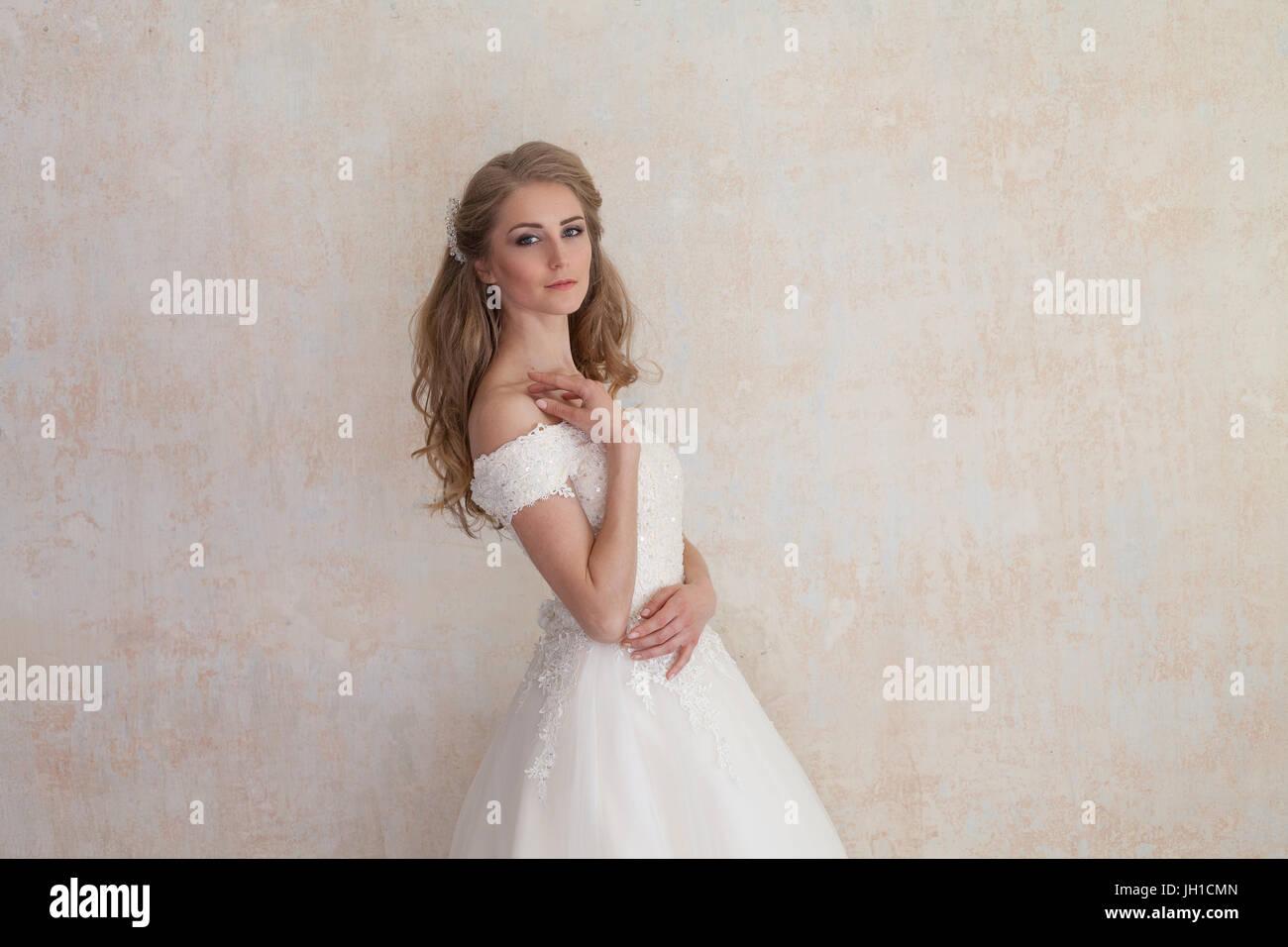 Wedding Dress And Hanger Stockfotos & Wedding Dress And Hanger ...