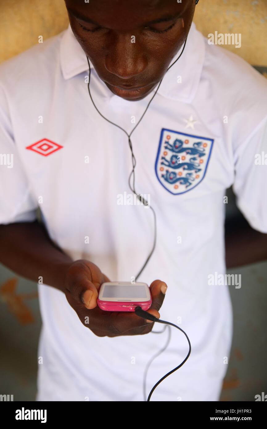 Afrikanischen jungen mit einem Smartphone.     Lome. Togo. Stockbild