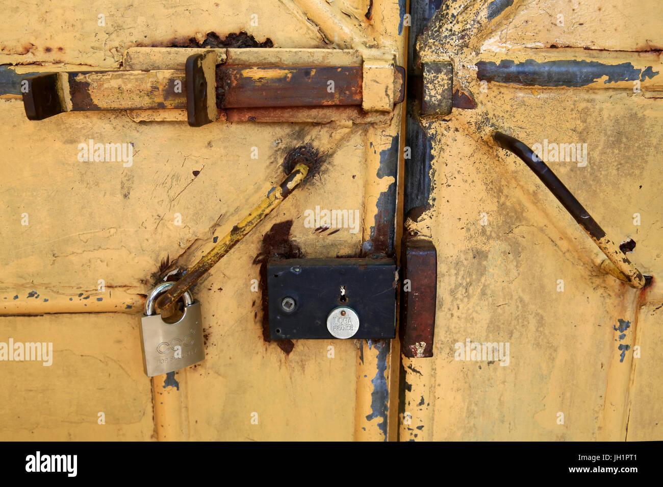 Alten Metalltür mit Schlössern.  Lome. Togo. Stockbild