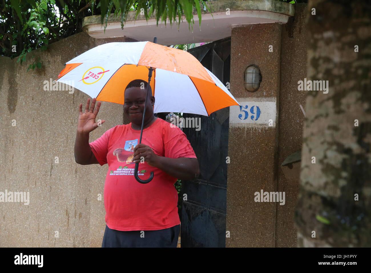 Afrikanischen jungen mit Regenschirm.  Lome. Togo. Stockbild