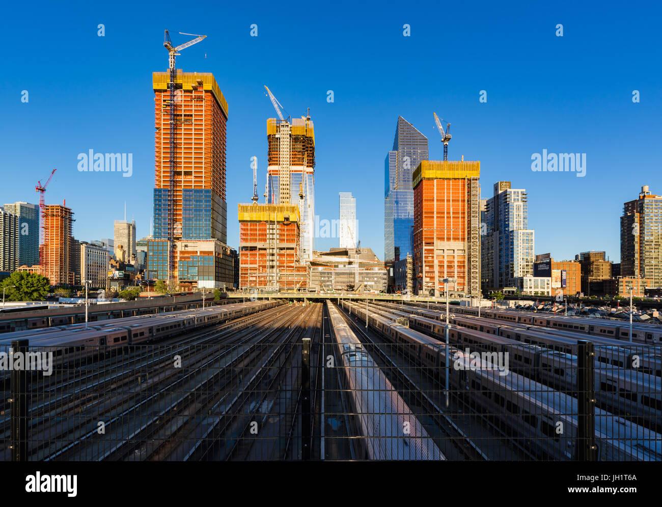 Die Hudson Yards Baustelle mit Bahn verfolgt (2017). Midtown Manhattan, New York City Stockbild