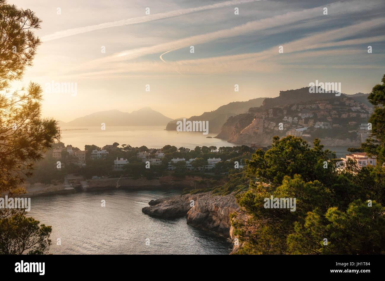 Luftaufnahme des Dorfes von Port Andratx und Villen des Cap de sa Mola bei Sonnenuntergang, Mallorca, Balearen, Stockbild