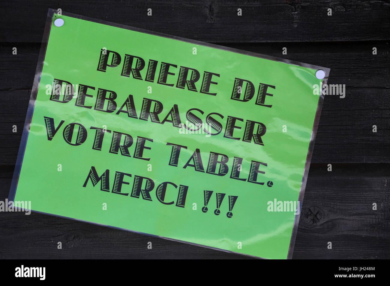 Reinigen Sie Ihren Tisch Uo. Restaurant-Zeichen. Frankreich. Stockbild