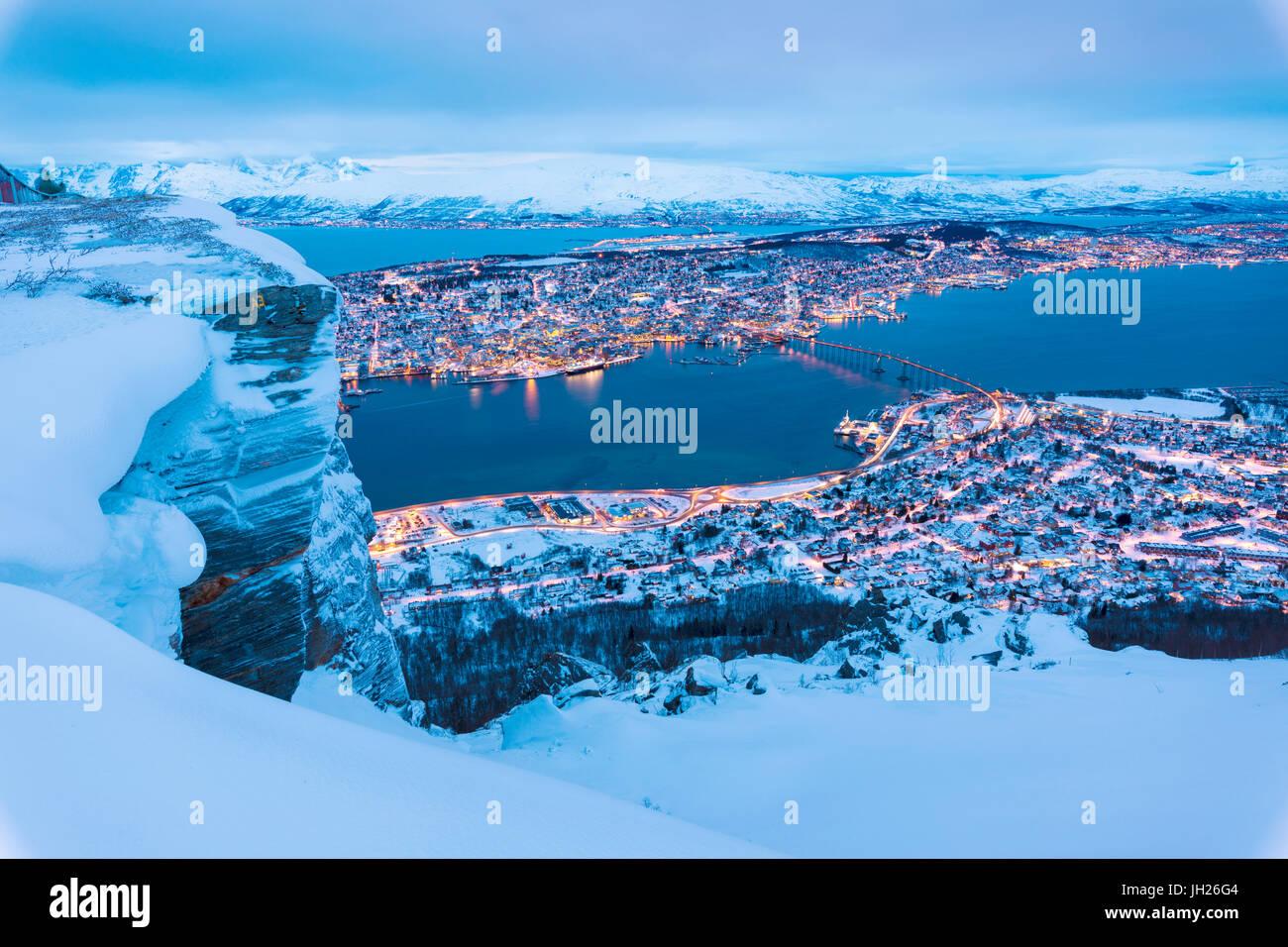Blick von der Stadt Tromsø in der Abenddämmerung vom Gipfel Berges erreicht mit der Fjellheisen Seilbahn, Stockbild