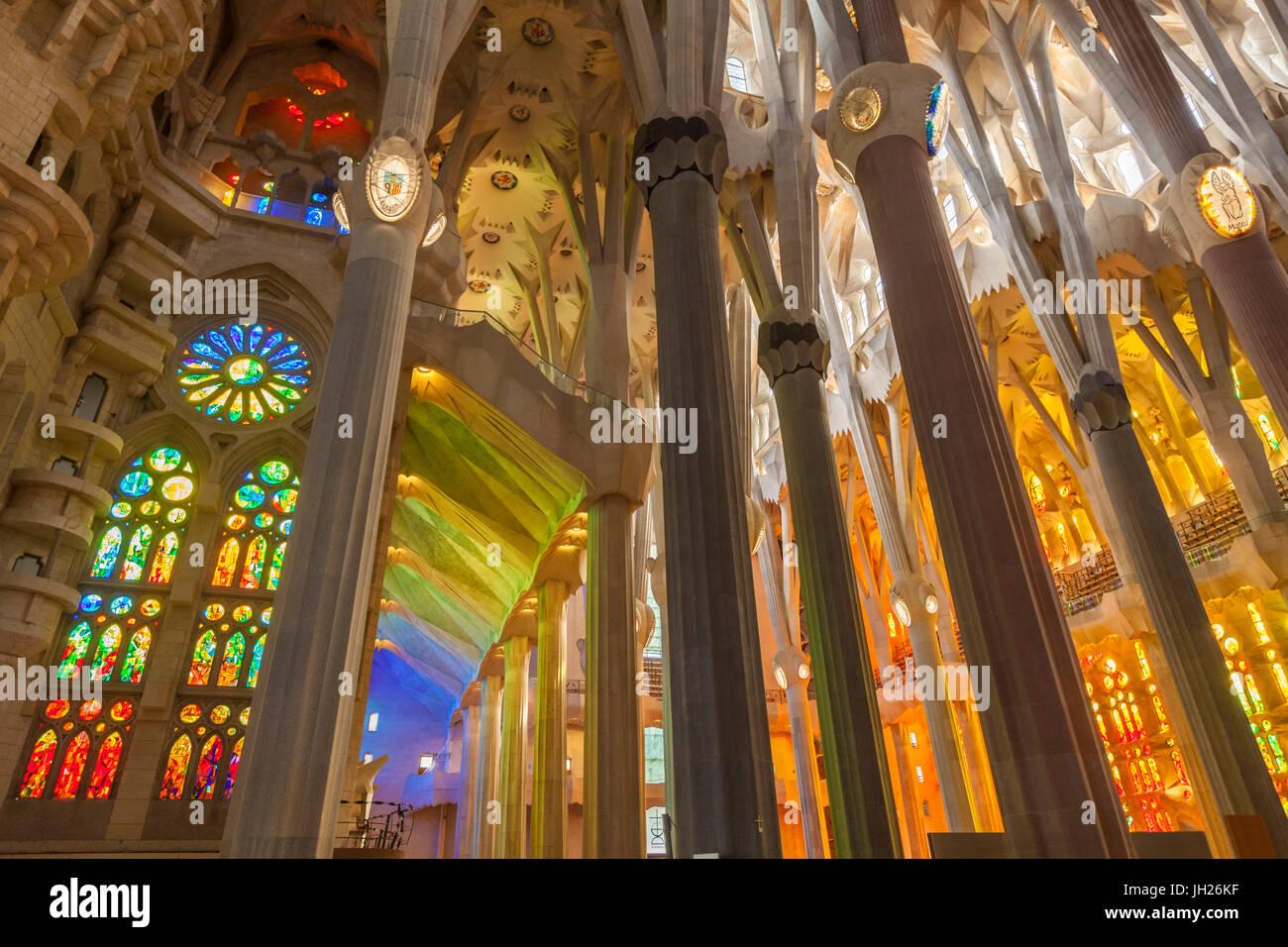 La Sagrada Familia, Basilika Kirchenraum mit Glasfenster von Antoni ...