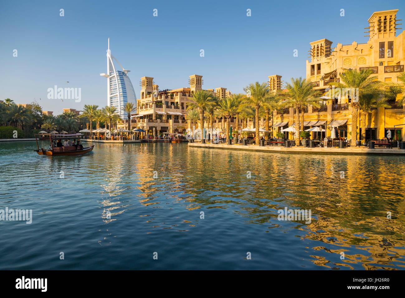 Blick auf Burj Al Arab von Madinat Jumeirah, Dubai, Vereinigte Arabische Emirate, Naher Osten Stockbild