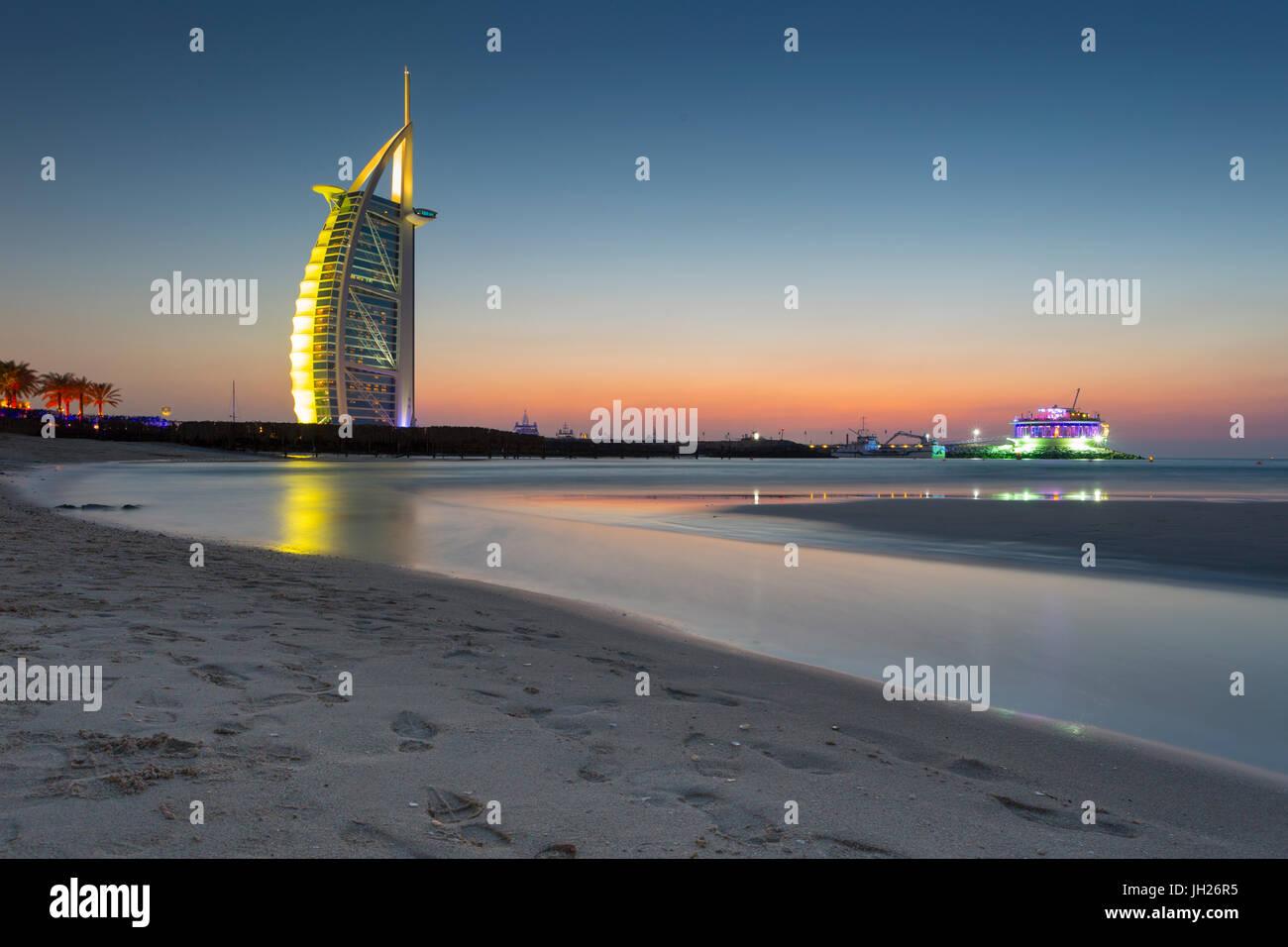 Burj Al Arab Hotel nach Sonnenuntergang am Strand von Jumeirah, Dubai, Vereinigte Arabische Emirate, Naher Osten Stockbild