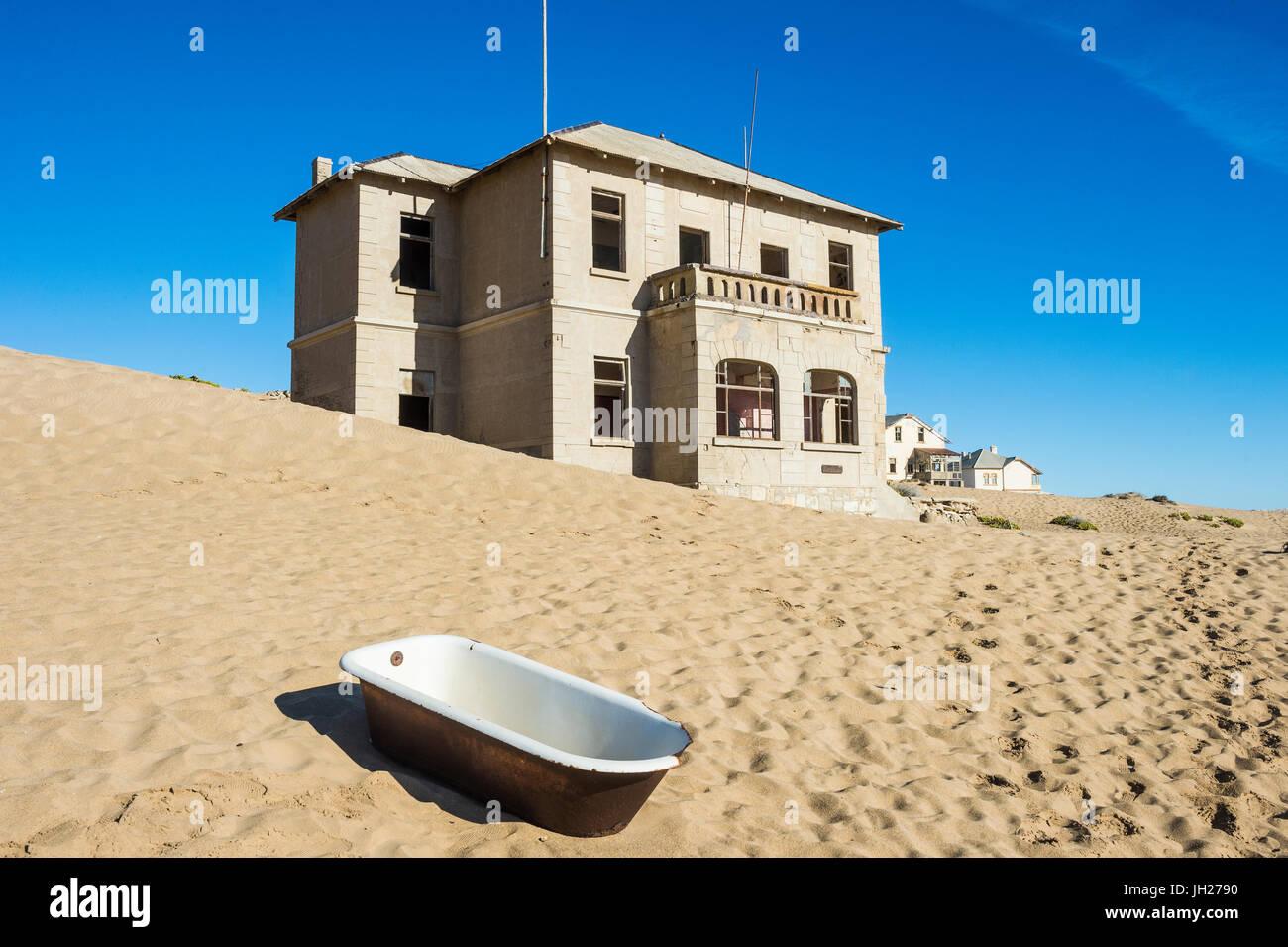 Badewanne steht in der Wüste, alte Diamanten Geisterstadt Kolmanskop (Kolmanskuppe), in der Nähe von Lüderitz, Stockbild