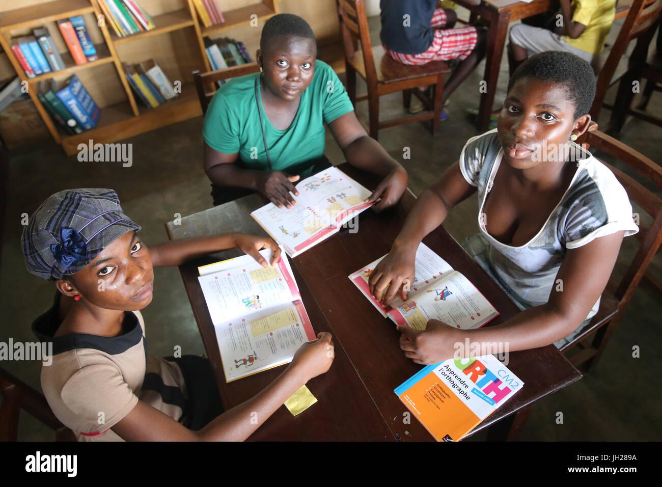 Afrikanische Schule. Kinder gesponsert von französischen NGO: la Chaine de l ' Espoir. Die Bibliothek.  Lome. Togo. Stockfoto