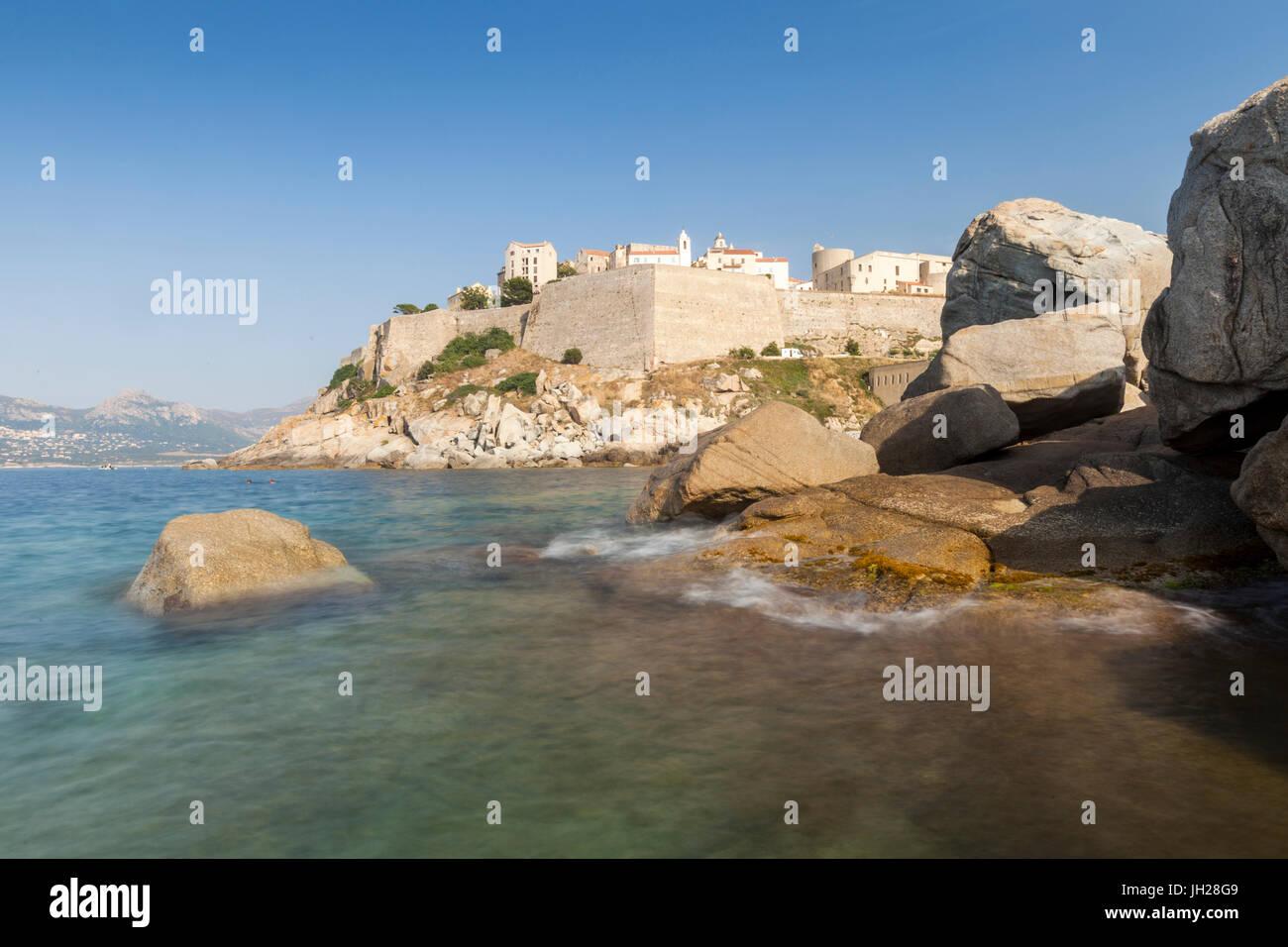 Die alte befestigte Zitadelle auf dem Vorgebirge, umgeben durch das klare Meer, Calvi, Balagne Region, Korsika, Stockbild
