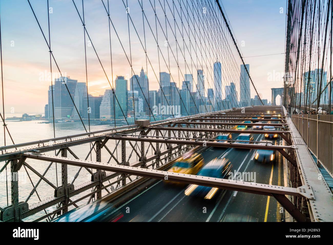 Feierabendverkehr auf der Brooklyn Bridge und Manhattan Skyline über New York City, Vereinigte Staaten von Stockbild
