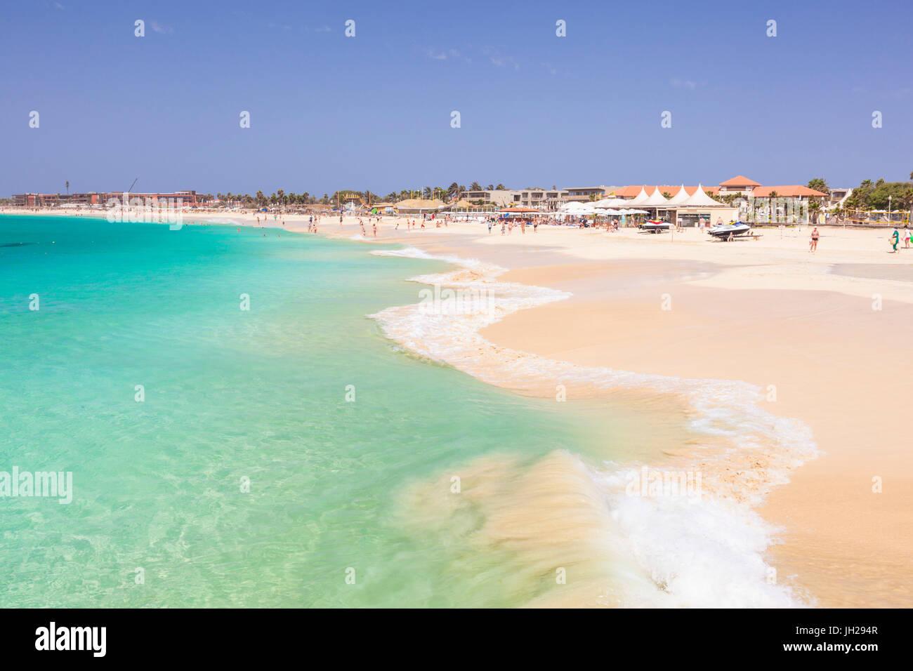 Wellen brechen sich am Strand in Santa Maria, Praia de Santa Maria, Baia de Santa Maria, Insel Sal, Kap Verde, Atlantik Stockbild