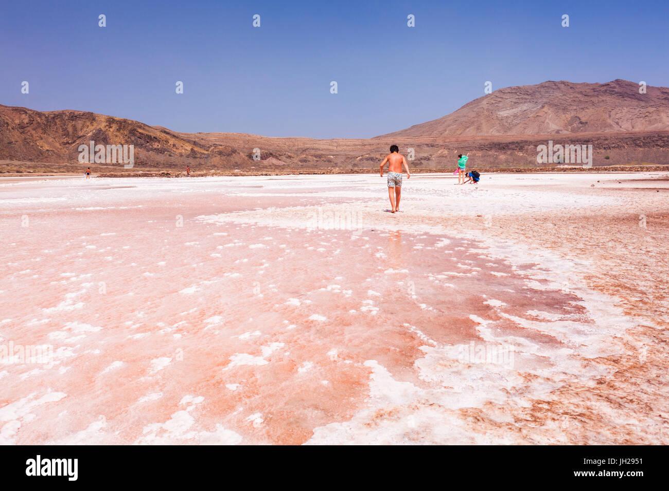 Touristen besuchen schwenkt die stillgelegte Salz in Pedra De Lume, Pedra di Lumi, Insel Sal, Kap Verde, Atlantik, Stockbild