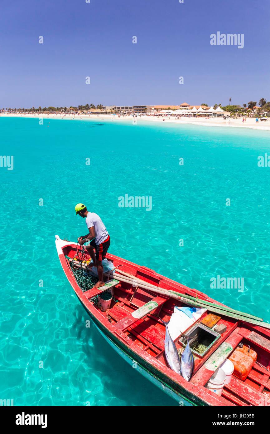 Fischer mit seinem Fang von Fischen in einem traditionellen Fischerboot, Santa Maria, Insel Sal, Kap Verde, Atlantik, Stockbild