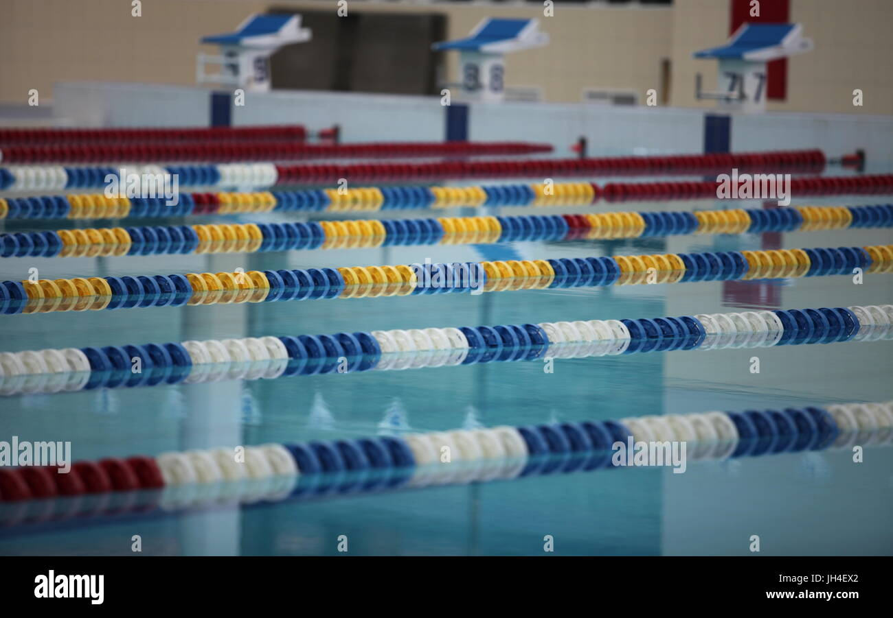 Wettkampfschwimmen drehen Seitenansicht nah an Stockbild