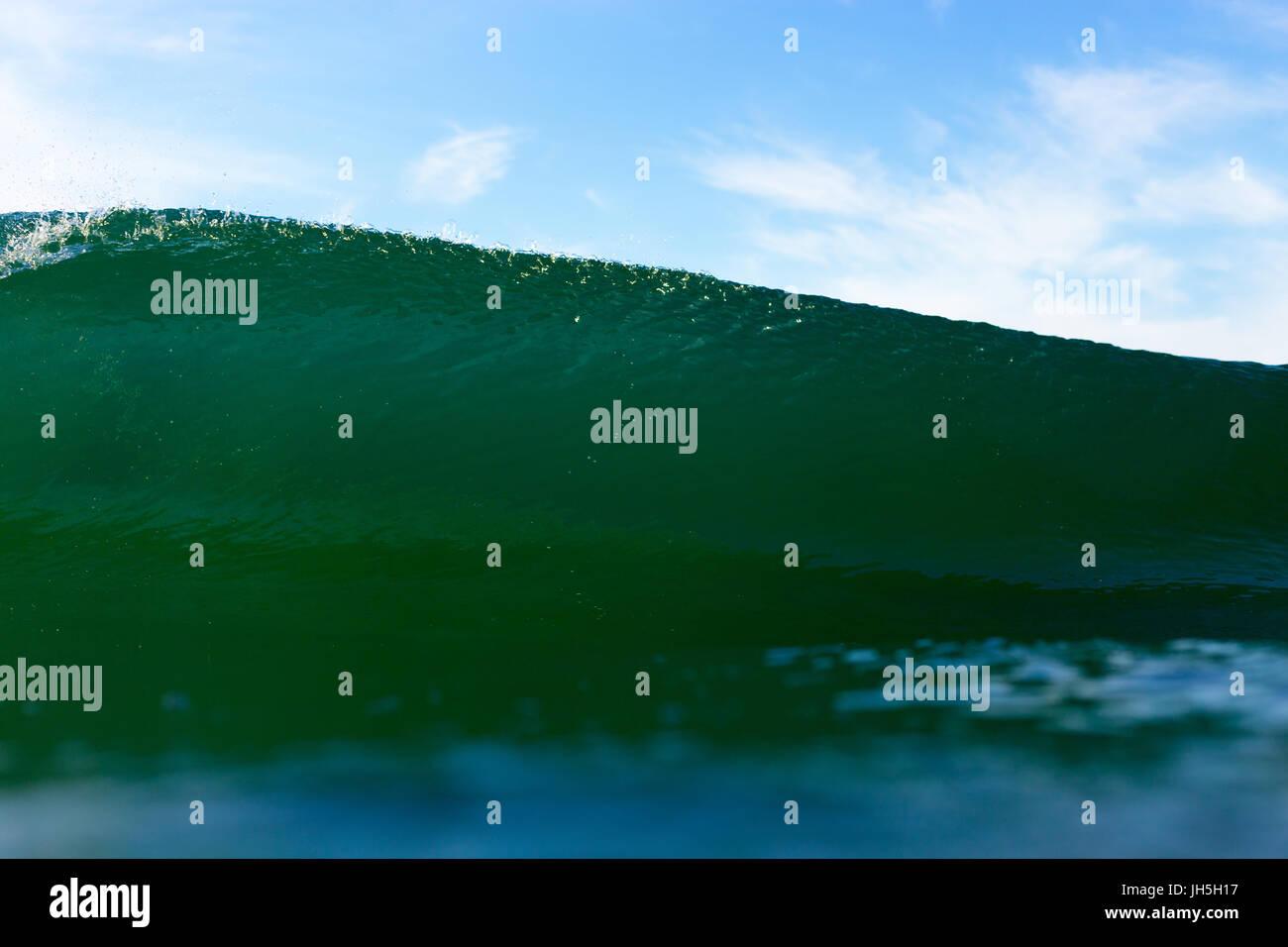 Eine abstrakte Wasser Winkel ein Smaragd, leistungsstarke brechenden Welle an einem hellen Sommertag. Stockbild