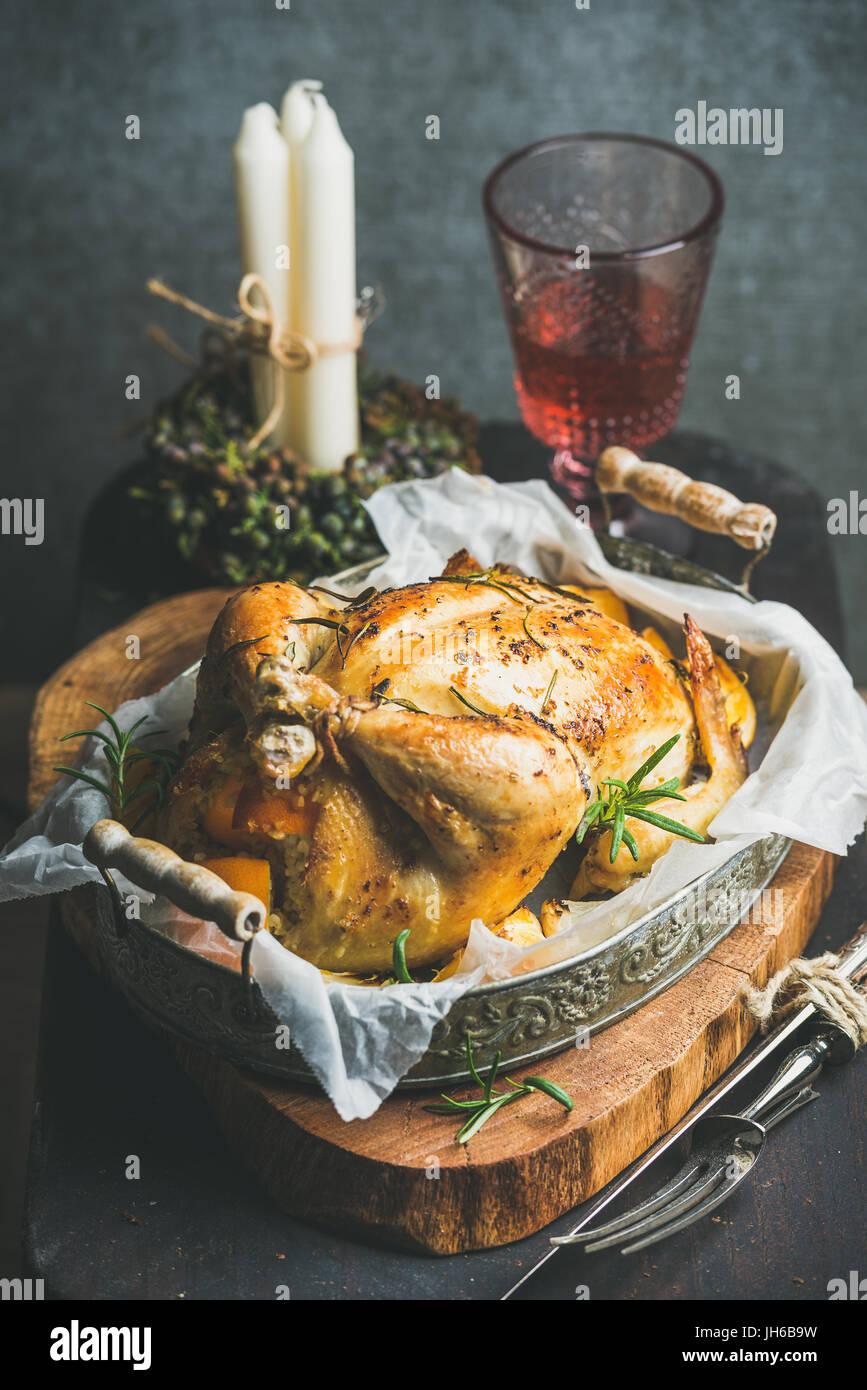 Weihnachts-Tisch set mit Ofen geröstet, ganze Hähnchen und Wein Stockbild