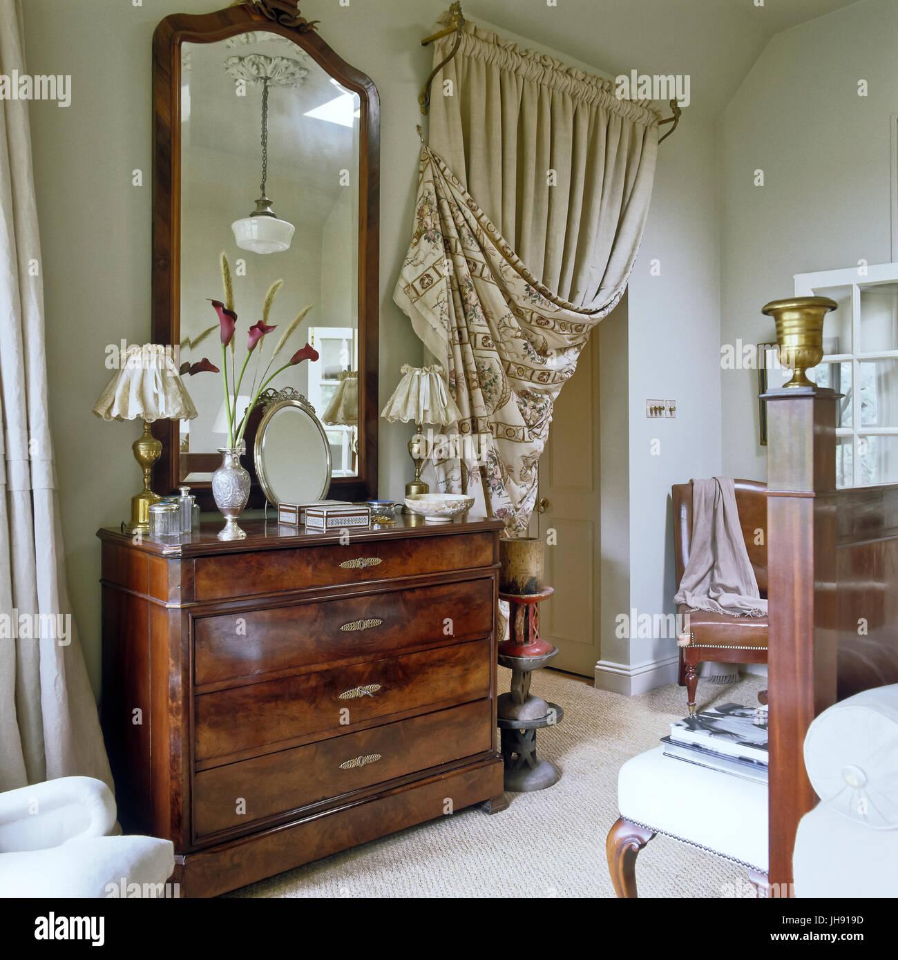 Schubladen mit Vorhang im Schlafzimmer Stockfoto, Bild: 148330713 ...