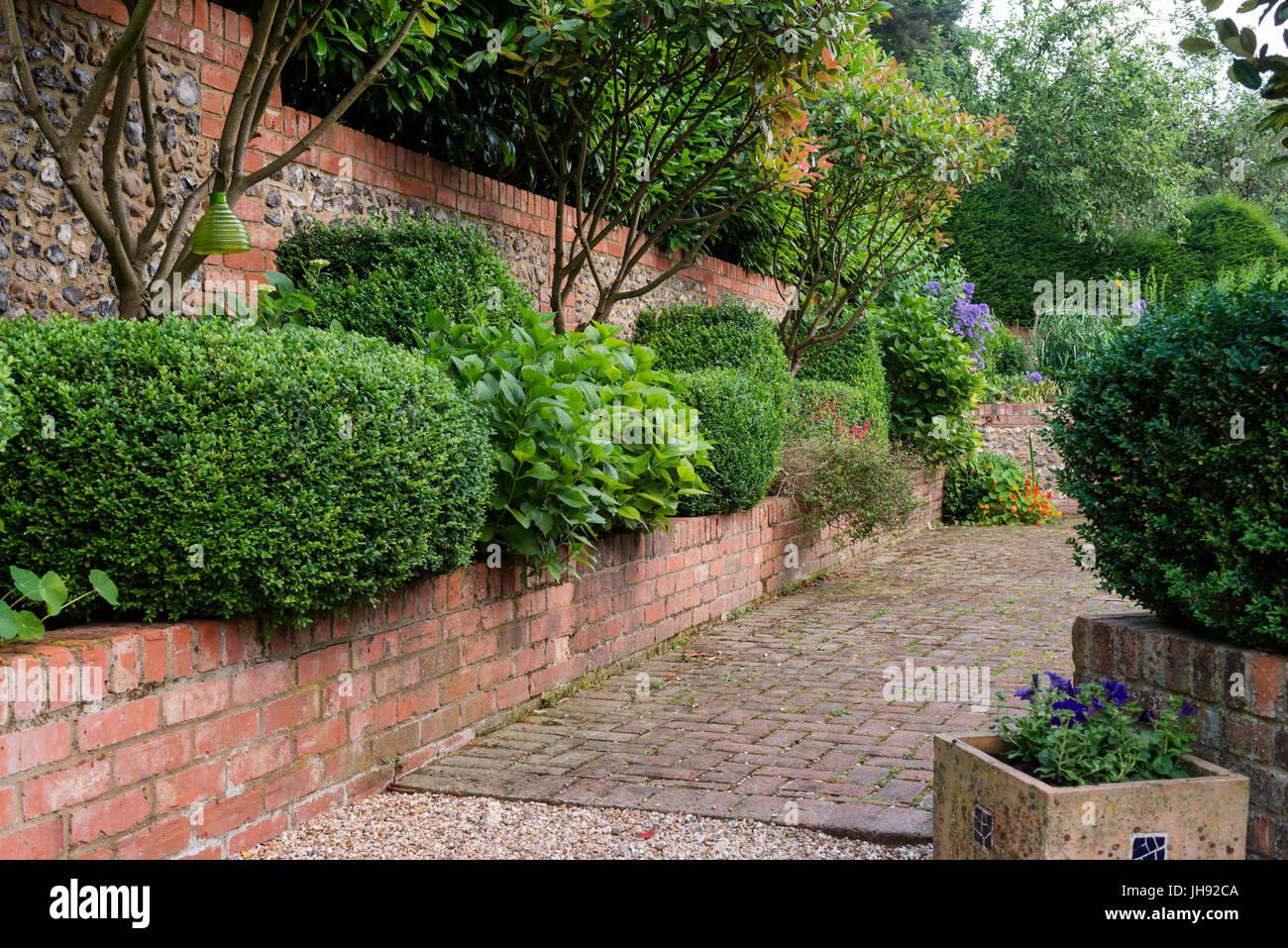 Backstein-Mauern im Garten Stockfoto, Bild: 148331578 - Alamy