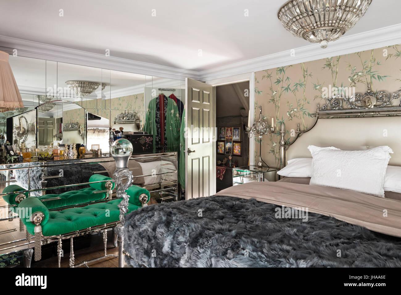 Luxuri ses schlafzimmer mit spiegelwand stockfoto bild for Spiegelwand schlafzimmer