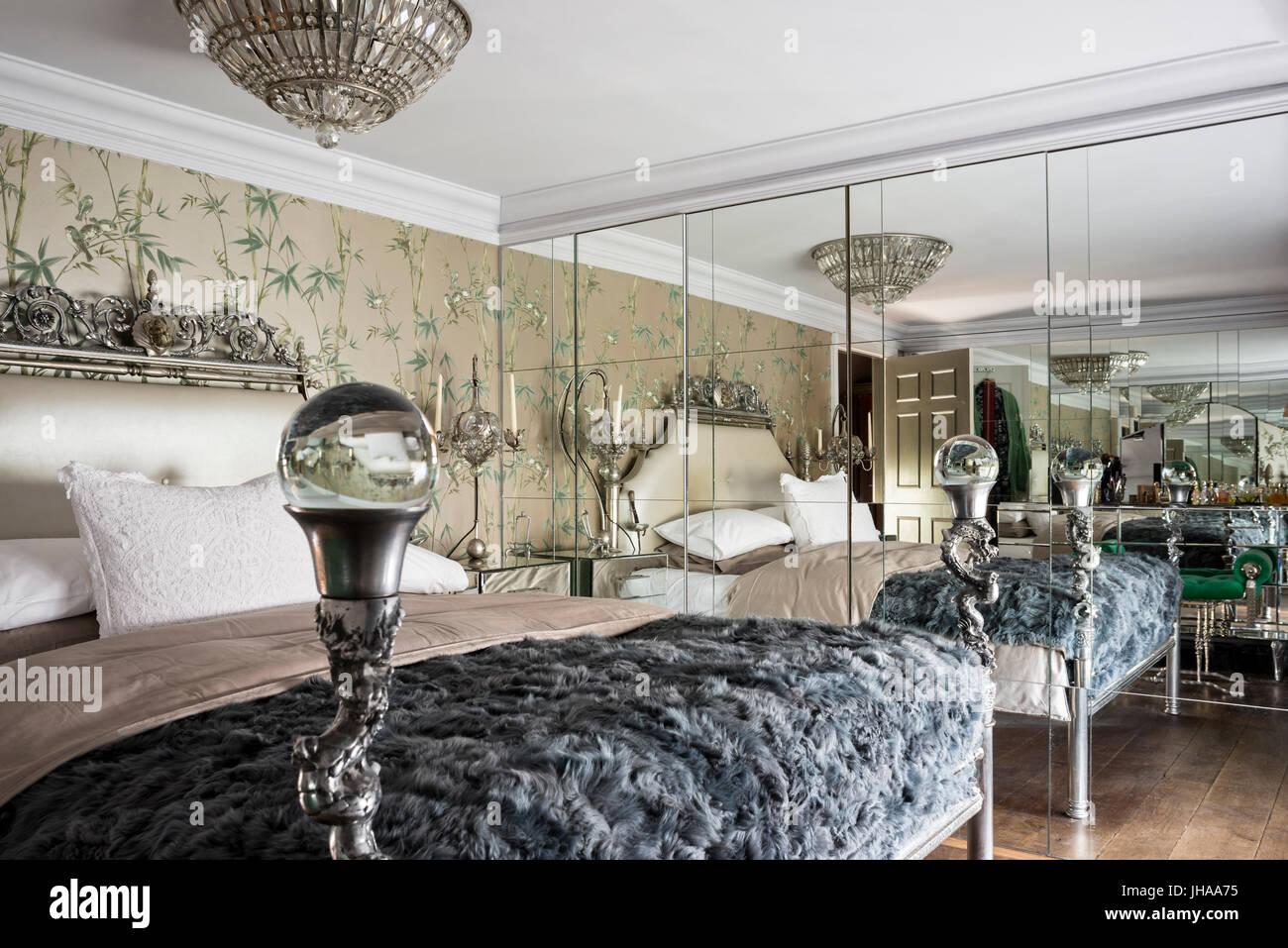 luxuriöses schlafzimmer mit spiegelwand stockfoto, bild: 148359657