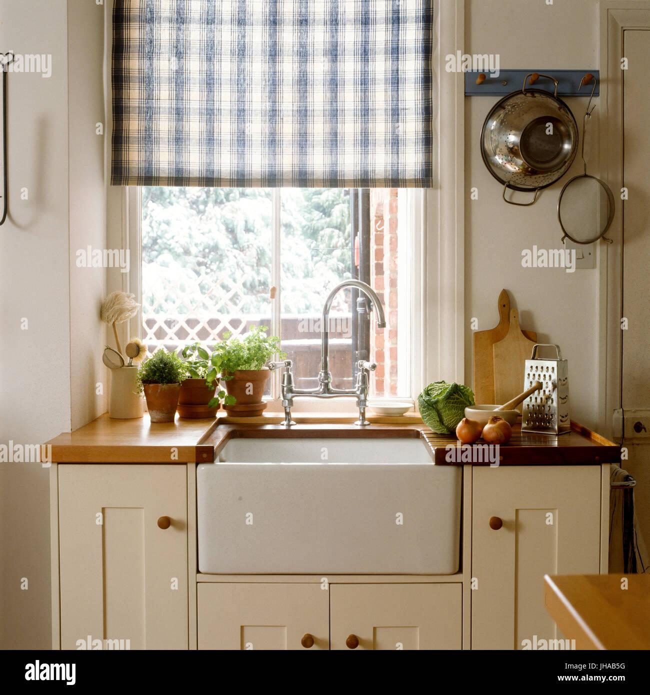 Waschbecken und Bank in einem Küche im Landhausstil ...