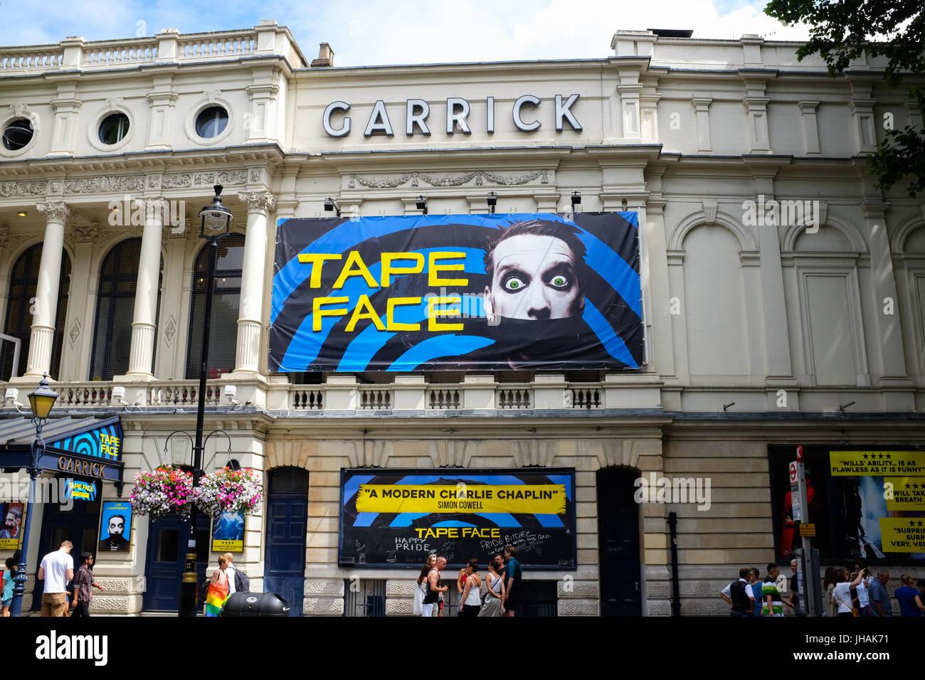 Gesicht zeigen im Londoner Garrick Theatre im Sommer 2017 mit Klebeband. Stockbild