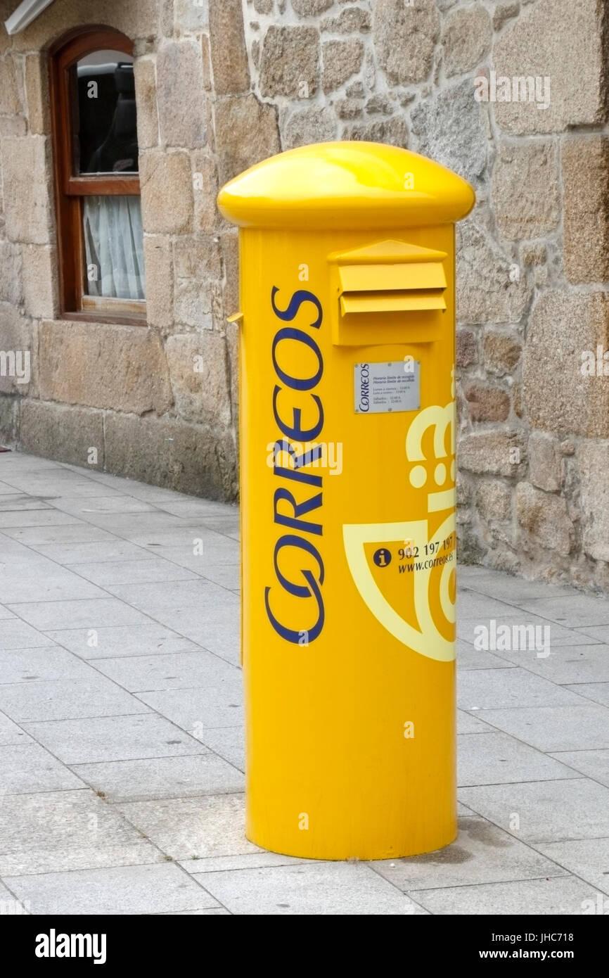 Foto von gelben Correos Briefkasten spanische Post Stockbild