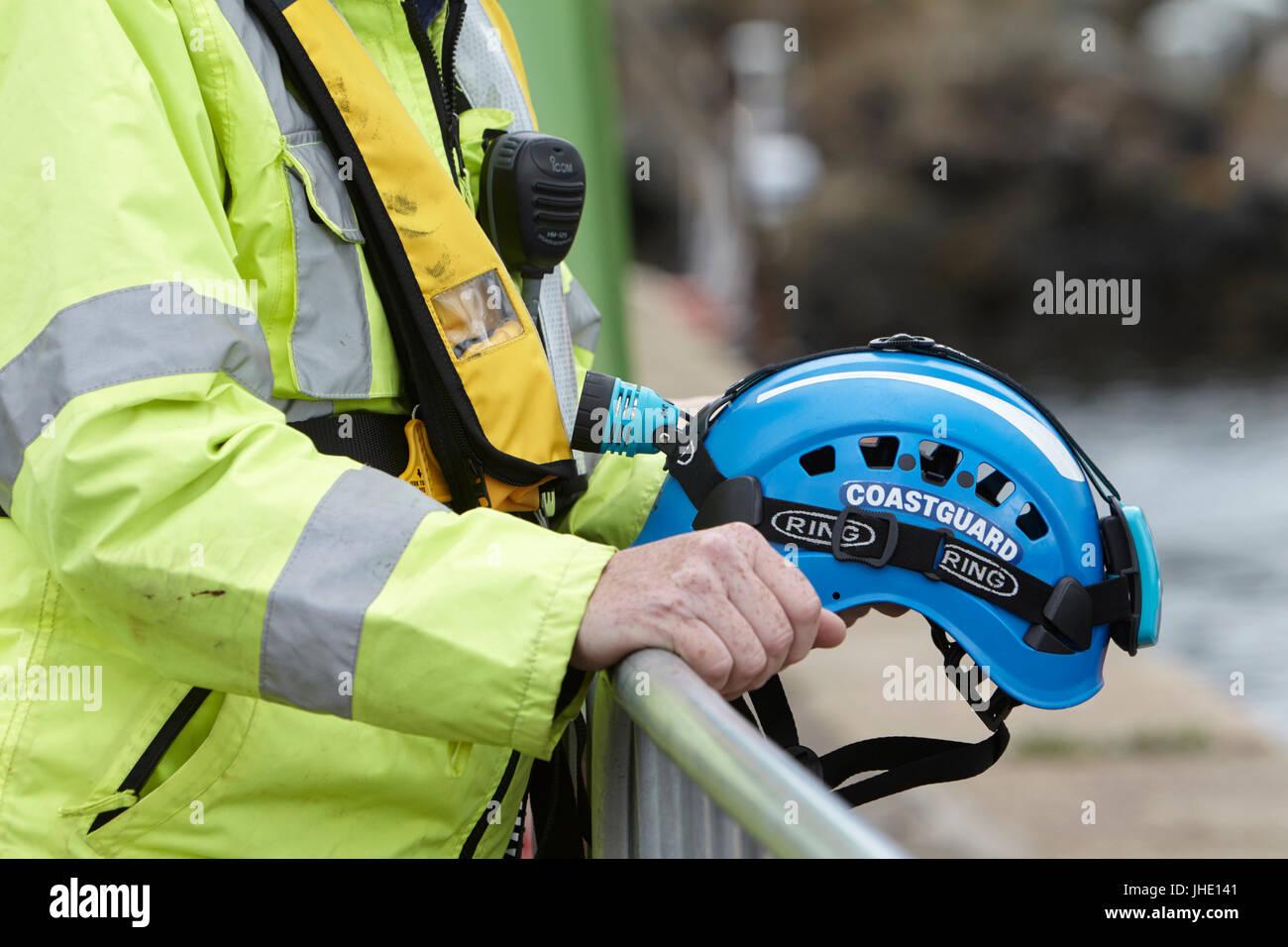 Britische Küstenwache Offizier, der Inhaber Helm, Schwimmweste und Radio Stockfoto