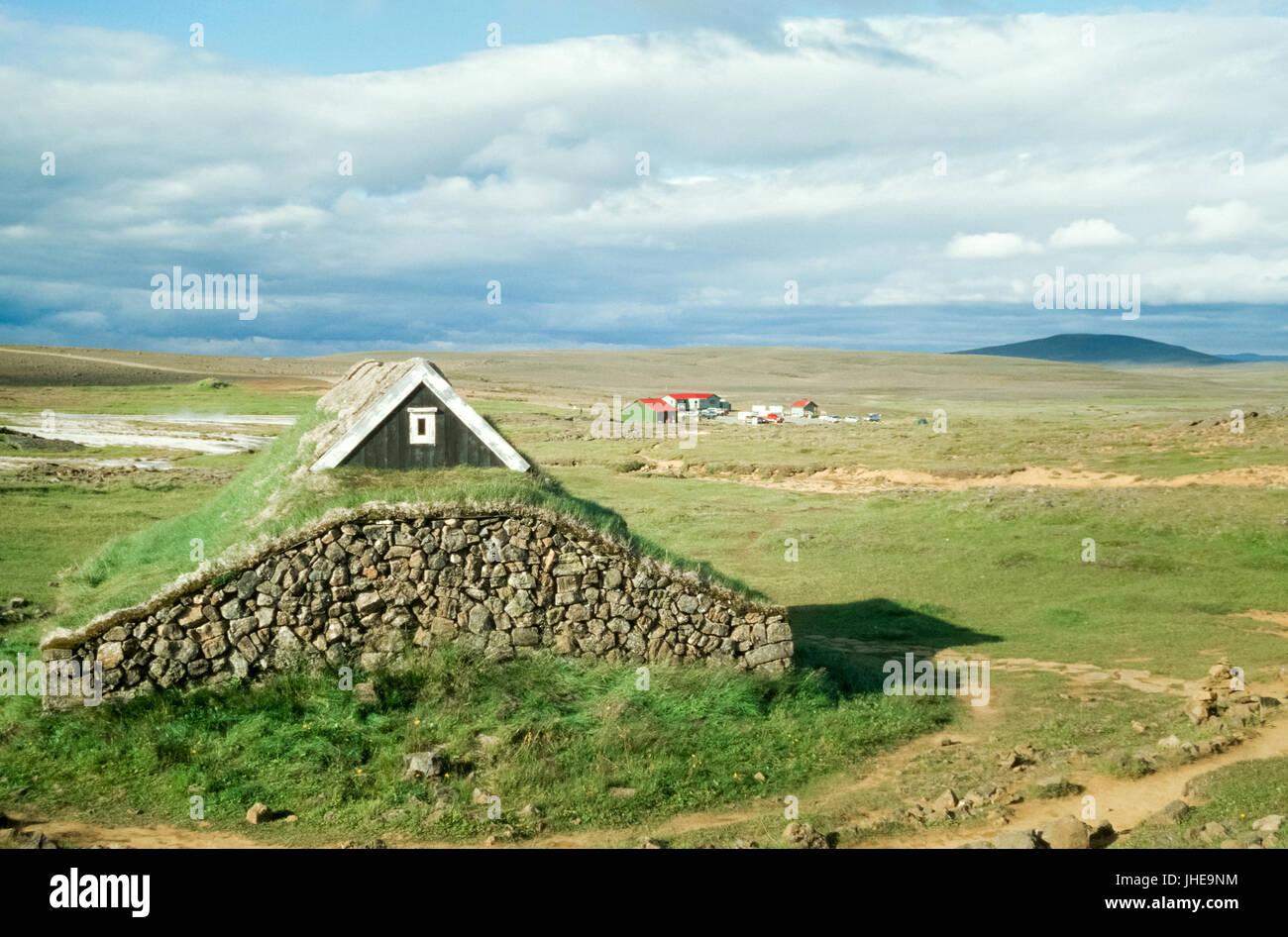Viking-Traditionshaus mit Rasen bedeckt Dach, Island Stockbild